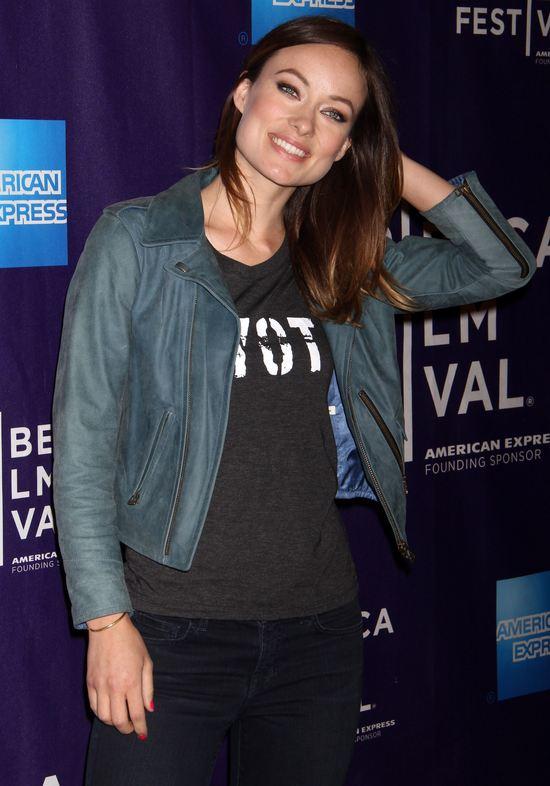 Olivia Wilde na czerwonym dywanie w jeansach (FOTO0