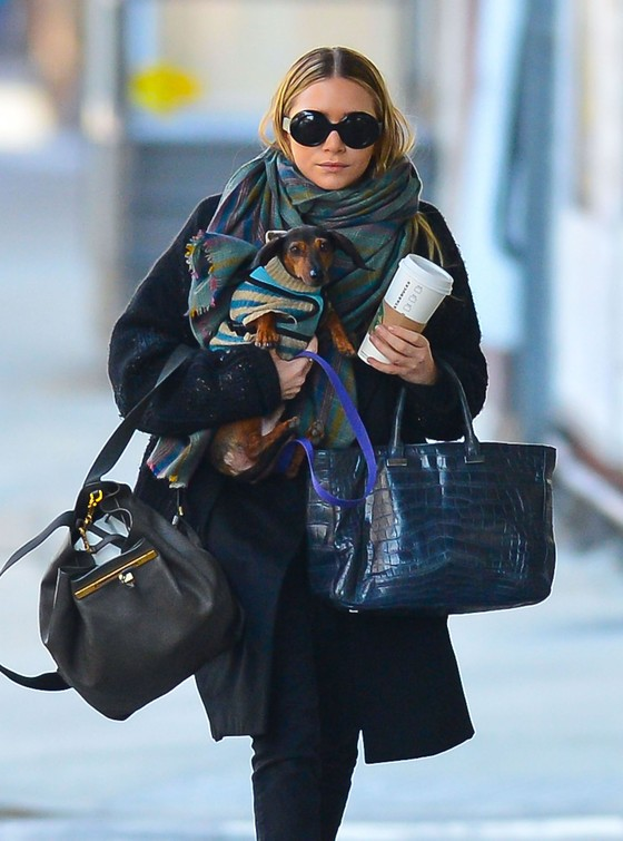 Ashley Olsen w szerokim płaszczu i sztybletach