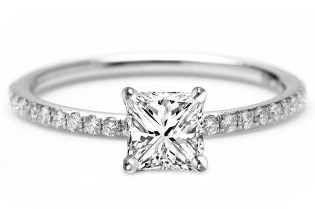Oto najbardziej pechowy pierścionek zaręczynowy