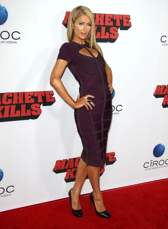 Paris Hilton w fioletowej sukience Herve Leger