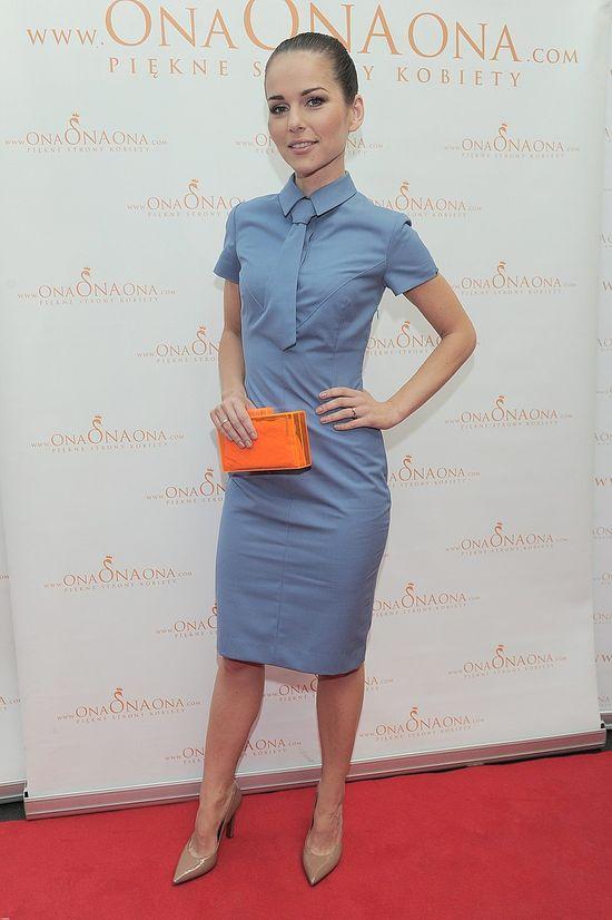 Paulina Sykut w niebieskiej sukience