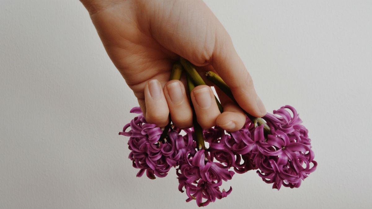 Walczysz z kruchymi paznokciami po hybrydzie? Oto co Ci pomoże