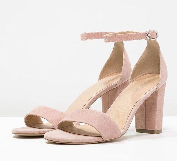 Różowe sandały na obcasie - nasz must have na wiosnę/lato 2017 (FOTO)