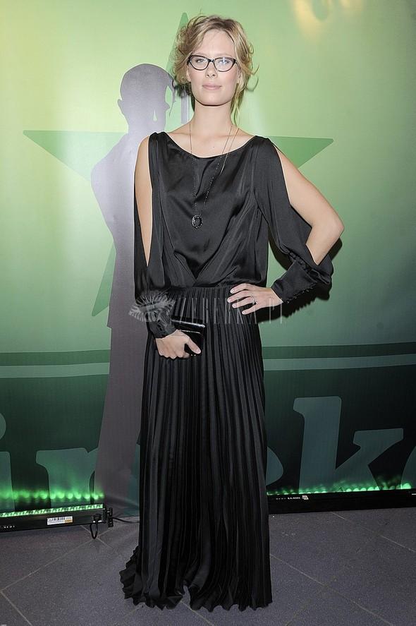 Julia Pietrucha w czarnej sukni na premierze Skyfall