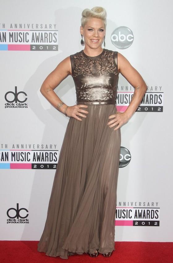 Pink w eleganckiej sukni na gali AMA 2012