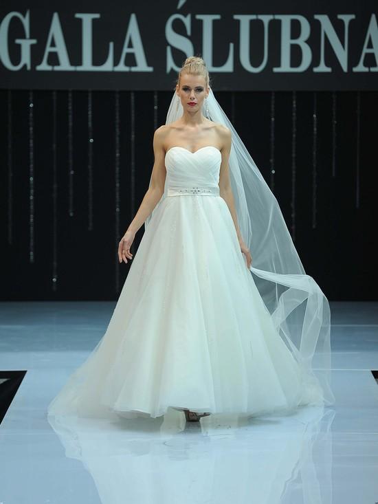 Polska gala ślubna - zobacz suknie z wybiegu (FOTO)