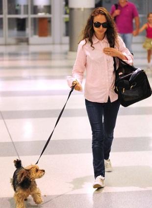 Natalie Portman w różowej koszuli i trampkach