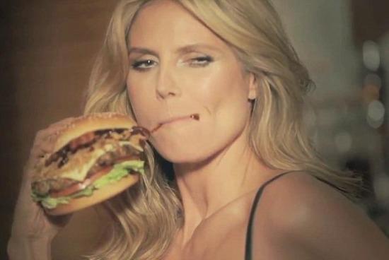 Kusząca Heidi Klum w reklamie hamburgerów (VIDEO)