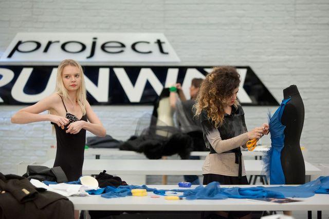 Sukienki koktajlowe i zamiana projektami w Project Runway