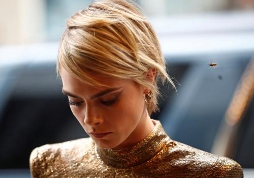 Cara Delevingne przywraca na salony kultowe włosy Victorii Beckham z lat 00.
