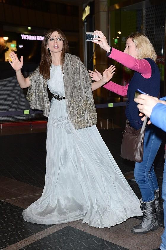 Anna Przybylska w szarej sukni na premierze filmu Sęp