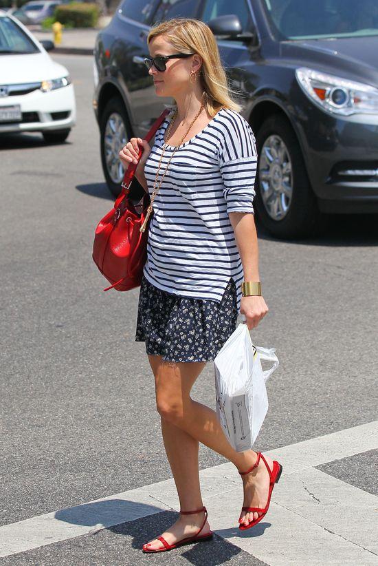 Reese Witherspoon stawia na czerwone dodatki