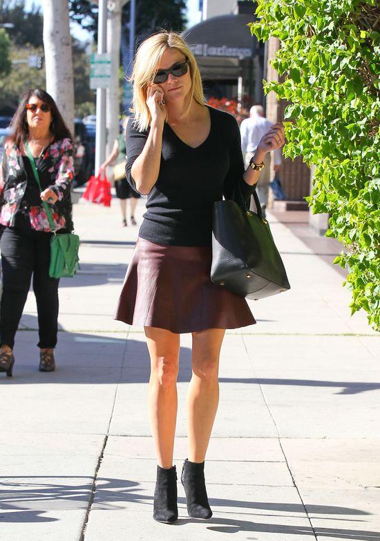 Reese Witherspoon w bordowej spódnicy