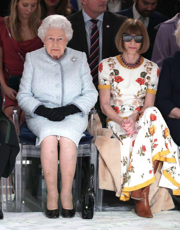 Hit dnia! Królowa Elżbieta w pierwszym rzędzie na pokazie mody! (FOTO)