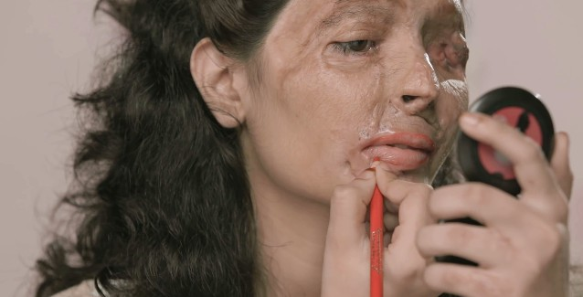Szok! Oblana kwasem kobieta pokazuje, jak zrobić makijaż