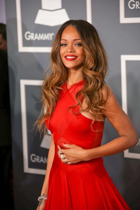 Rihanna piękna w czerwieni (FOTO)