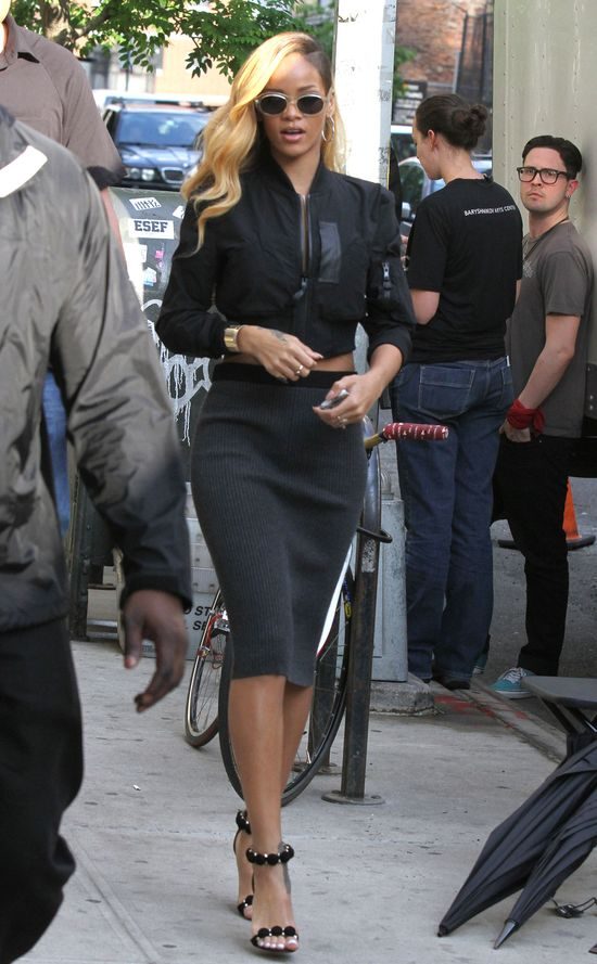 Rihanna w ołówkowej spódnicy i kurtce bomber