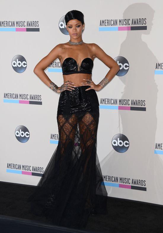 Rihanna w błyszczącym staniku i nowej fryzurze