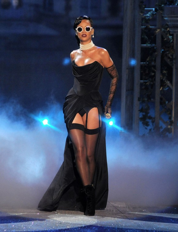 Rihanna w czarnej  sukni Vivienne Westwood