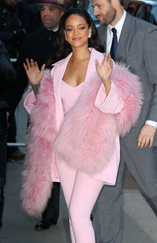 Niecierpliwa Rihanna pozuje na Instagramie w pierzastych butach Saint Laurent