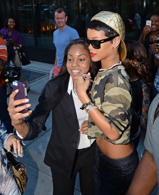 Rihanna eksponuje brzuch w bluzie moro (FOTO)