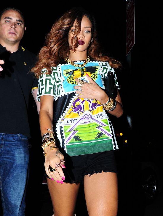 Rihanna w kolorowej koszulce