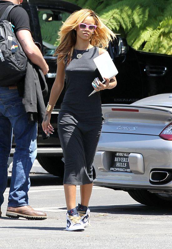 Rihanna w bawełnianej sukience i sneakersach
