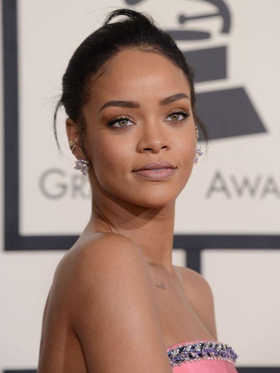 Rihanna w dziewczęcym wydaniu na rozdaniu GRAMMY 2015 (FOTO)