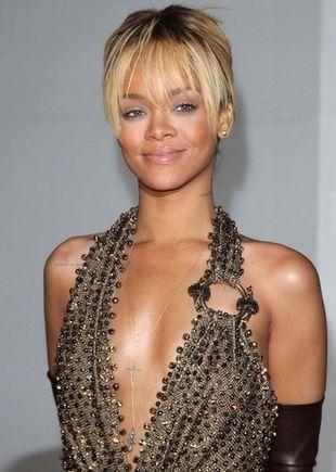 Rihanna po raz kolejny dla Armani (VIDEO)
