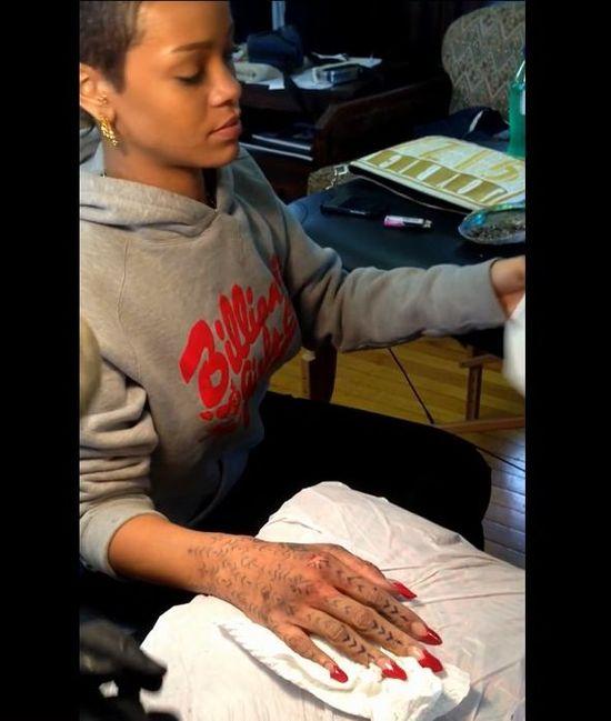 Nowy tatuaż Rihanny! (VIDEO)