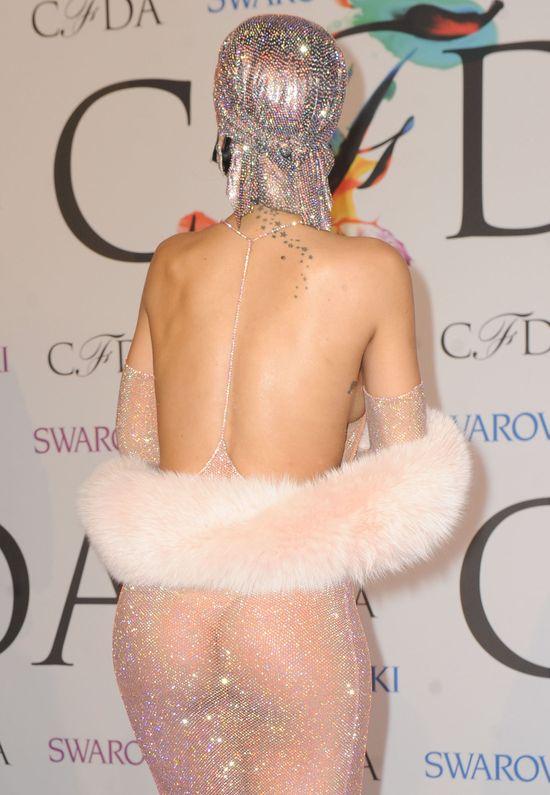 Rihanna w najbardziej szokująca kreacja roku! (FOTO)