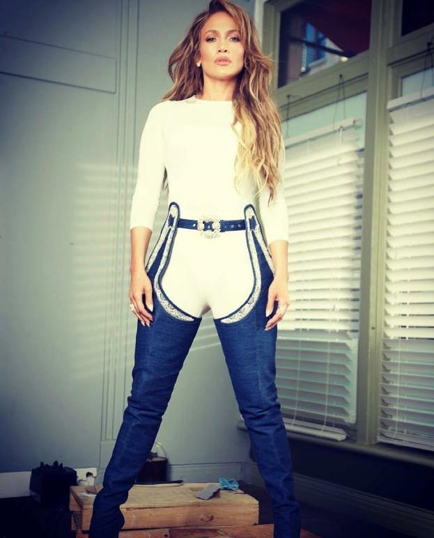 Rihanna przeprasza za buto-spodnie swojego projektu