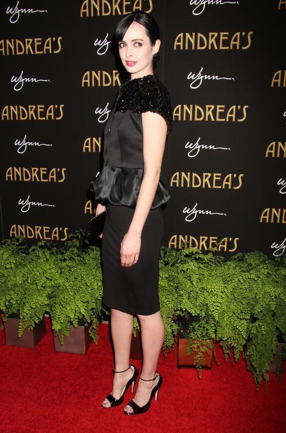 Krysten Ritter w czarnej sukience z baskinką