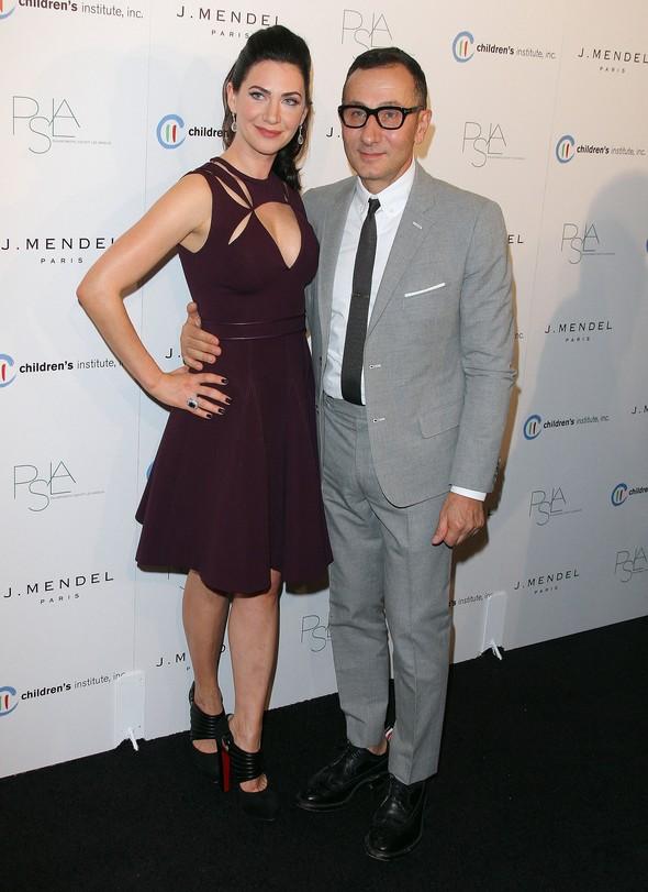 Lucy Liu i Rochelle Gores Fredston w sukience J. Mendel
