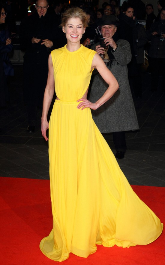 Rosamund Pike w sukni Alexandra McQueena (FOTO)