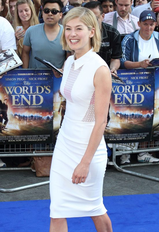 Rosamund Pike w sukience Victorii Beckham