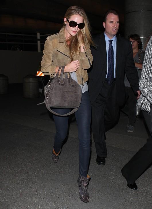 Lotniskowy szyk  Rosie Huntington-Whiteley (FOTO)