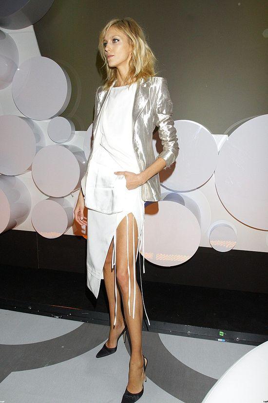Anja Rubik w białej sukience i srebrnej marynarce (FOTO)