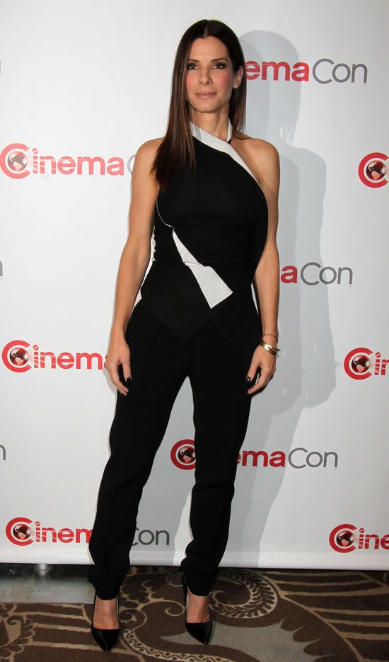 Sandra Bullock w czarnym kombinezonie