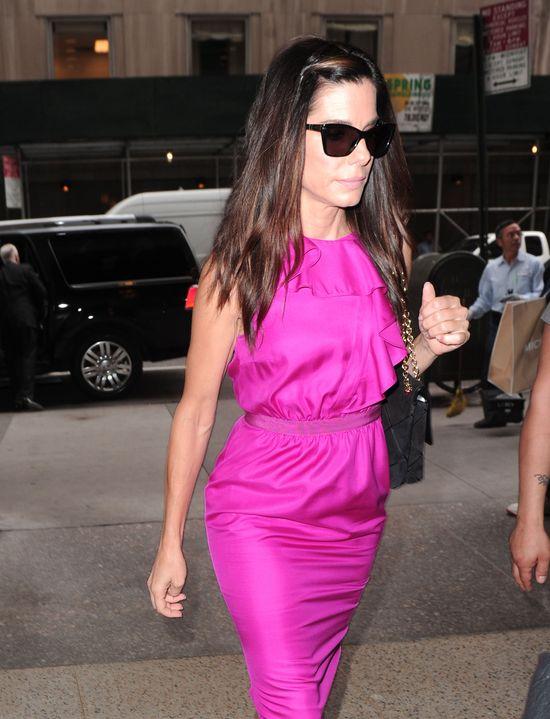 Sandra Bullock w fuksjowej sukience (FOTO)