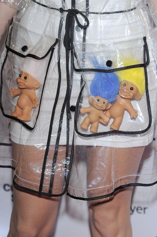 Sarsa w płaszczu przeciwdeszczowym na salonach (FOTO)