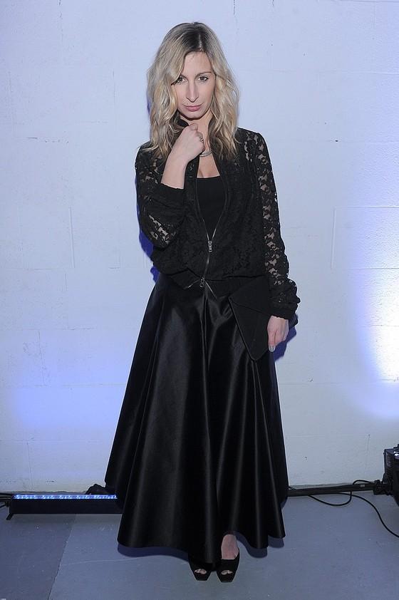 Magdalena Schejbal w rozkloszowanej spódnicy