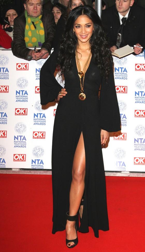 Nicole Scherzinger w czarnej sukni vintage od Ossie Clark