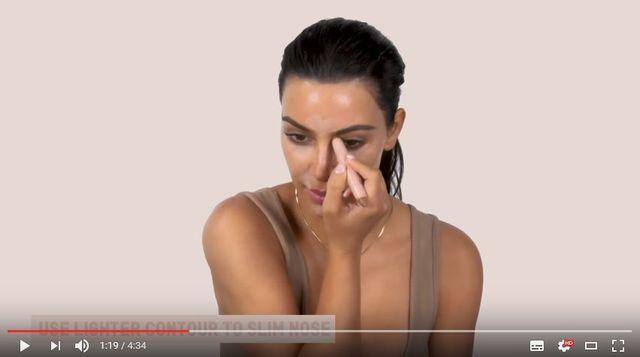 Kim Kardashian pokazuje jak konturować twarz na mokro [VIDEO]