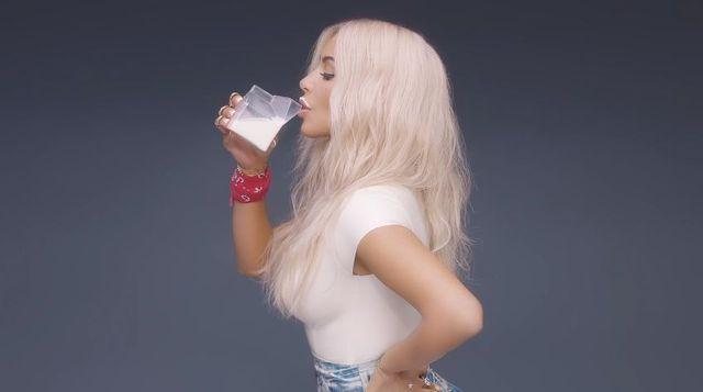 Kim Kardashian wykąpała się w mleku specjalnie dla... Fergie! [VIDEO]