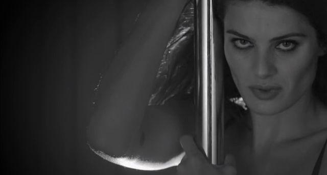 Isabeli Fontana zatańczyła na rurze dla Love Magazine! VIDEO