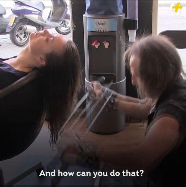 Szok! Ten fryzjer podpala włosy i podcina je maczetami!