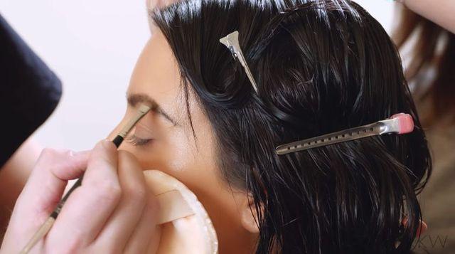 Niedbałe fale i idealny makijaż w wydaniu Kim Kardashian [VIDEO]