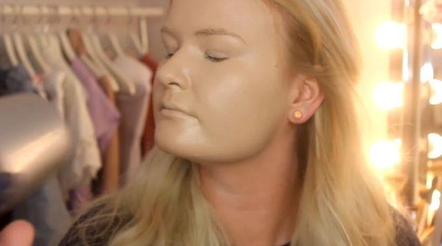 Ta dziewczyna postanowiła nałożyć sobie na twarz 100 warstw podkładu...