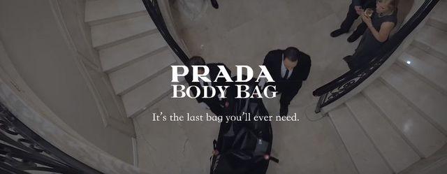 W ofercie Prady pojawiły się... torby na zwłoki?! [VIDEO]